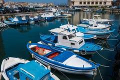 小船在Ortigia海岛港口在西勒鸠斯 免版税库存照片