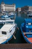 小船在Ortigia海岛港口在西勒鸠斯 免版税库存图片