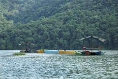 小船在Phewa湖 免版税图库摄影