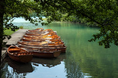 小船在Plitvice湖 免版税库存图片
