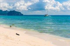 小船在Poda海岛附近的一个天堂般的地方 免版税库存图片