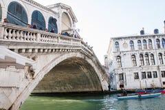 小船在Rialto桥梁下,威尼斯,威尼托,意大利 图库摄影