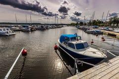 小船在Sigtuna港口,瑞典 库存照片