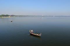 小船在Taungthaman湖, Amarapura,曼德勒,缅甸 图库摄影