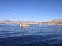 小船在Titicaca湖 库存照片