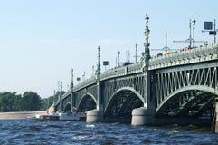 小船在Troitsky桥梁下 库存照片