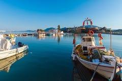 小船在Vlacherna修道院, Kanoni,科孚岛, G附近的小港口 免版税图库摄影