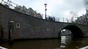 小船城市在阿姆斯特丹运河的游览定期流逝  股票录像