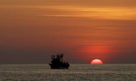 小船城市corrib县捕鱼高尔韦爱尔兰河日落 免版税库存图片