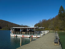 小船堤防观光湖的plitvice 免版税库存图片