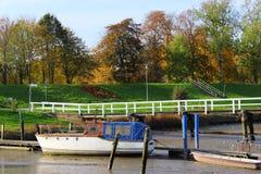 小船处于低潮中在栈桥 免版税库存照片