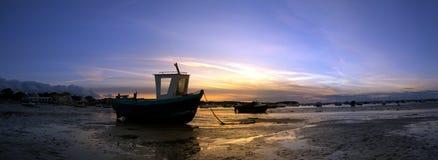 小船处于低潮中-全景 库存照片