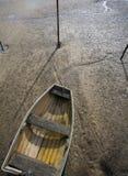 小船处于低潮中 库存照片
