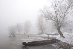 小船多瑙河中间河冬天 免版税库存照片