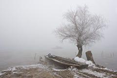小船多瑙河中间河冬天 免版税库存图片