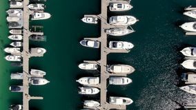 小船天线被停泊在游艇俱乐部垂直的射击 股票视频