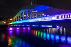 小船奎伊,新加坡2015年10月12日:五颜六色埃尔金桥梁 免版税库存照片