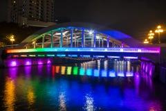 小船奎伊,新加坡2015年10月12日:五颜六色埃尔金桥梁 免版税库存图片