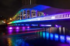 小船奎伊,新加坡2015年10月12日:五颜六色埃尔金桥梁 库存照片