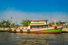 小船室外看法在河沿的在曼谷亚伊运河或Khlong轰隆Luang旅游胜地的水中在泰国 免版税库存照片