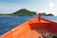 小船对热带的海岛风帆 库存照片