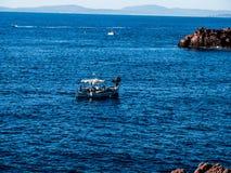 小船射击了出于岩层在地中海的法国零件 免版税库存图片