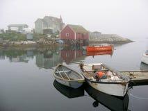 小船小海湾有薄雾的早晨佩吉s 免版税库存照片
