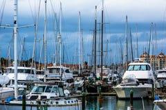 小船小游艇船坞海湾港口- Whangaparaoa半岛 库存照片