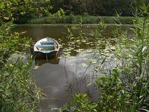 小船小湖的行 库存照片