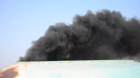 从小船尾气的大气污染 股票视频