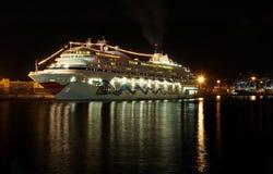 小船巡航晚上 免版税库存图片