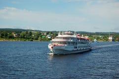 小船巡航河白色 图库摄影