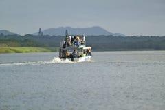 小船巡航河的游人在更加伟大的圣卢西亚沼泽地的河马的停放世界遗产名录站点,圣卢西亚,南非 免版税库存图片