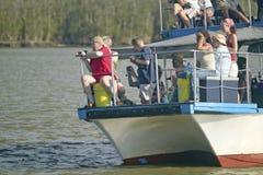 小船巡航河的游人在更加伟大的圣卢西亚沼泽地的河马的停放世界遗产名录站点,圣卢西亚,南非 免版税库存照片