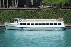 小船巡航河 免版税图库摄影