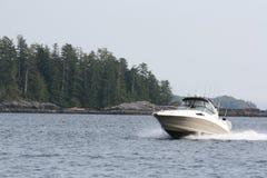 小船巡航的捕鱼三文鱼 免版税库存照片