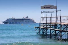 小船巡航轮渡移动乘客端口向 库存照片