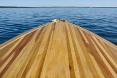 小船弓甲板木主街上的木头 库存照片