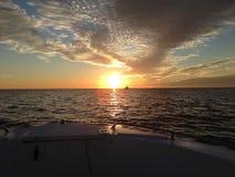 从小船弓的佛罗里达日落 免版税库存照片