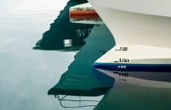 小船弓的反射 免版税库存照片