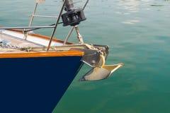 小船弓航行在蓝色地中海在暑假 免版税库存图片