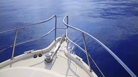 小船弓航行在蓝色地中海 股票视频
