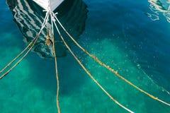 小船弓,船前面栓了与四条绳索 免版税库存图片