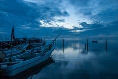 小船或独木舟在船坞和蓝色日落在坎比其墨西哥 免版税库存照片