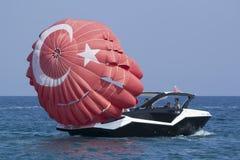 小船打开帆伞运动的降伞 免版税图库摄影
