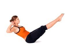 小船执行姿势实践的女子瑜伽 免版税库存图片