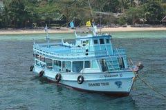 小船把游人带对下潜 免版税库存照片