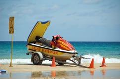 小船抢救海浪 库存照片