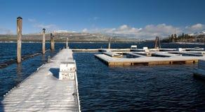 小船报道了码头雪冬天 库存图片