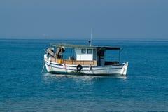 小船捕鱼传统的希腊 库存图片